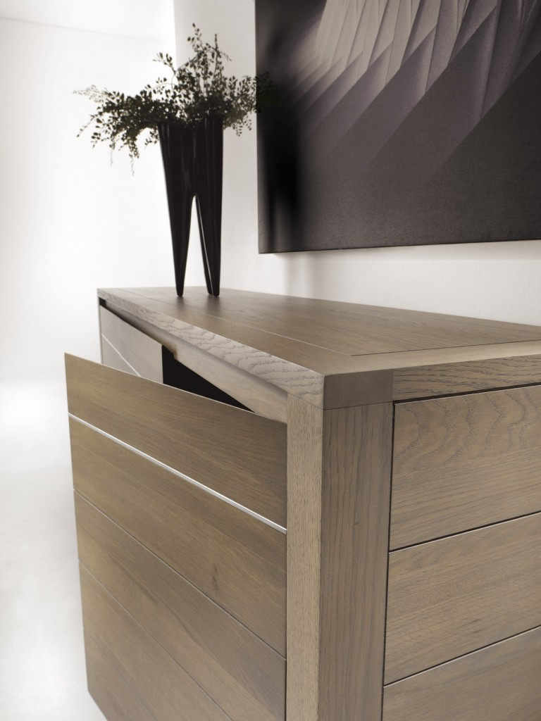 detaliu-finisaj-sina-aluminiu-usa-comoda-lemn-masiv-natur