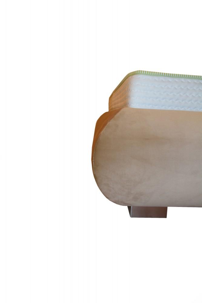 Detaliu imbinare cusatura cadru pat Palma realizat pe comanda in stofa French Velvet crem cu picioare din inox-min