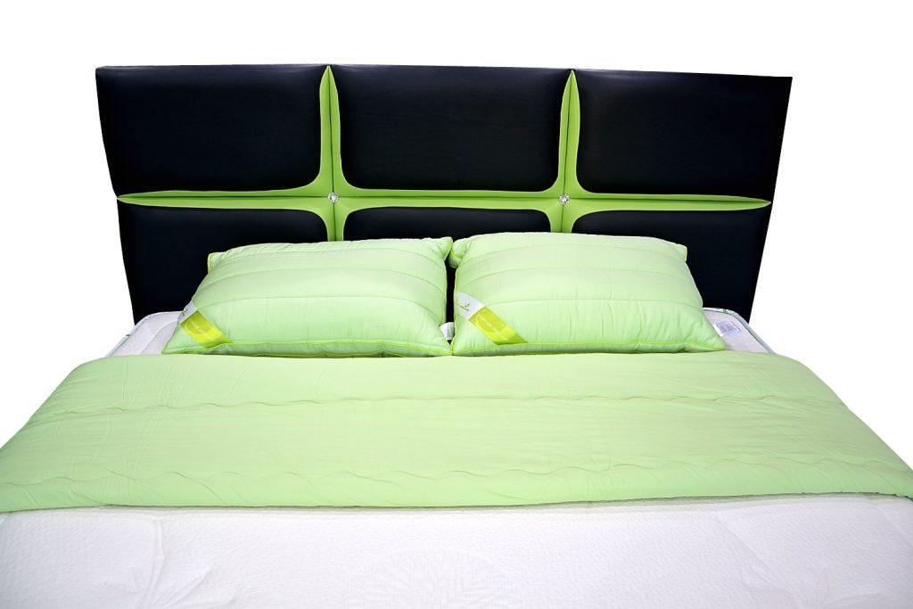 tablie pat 160 matrimonial pat tapitat ANDORA cu piele de bovina verde cu negru si cristale swarovski cu diametru de 27 mm-min