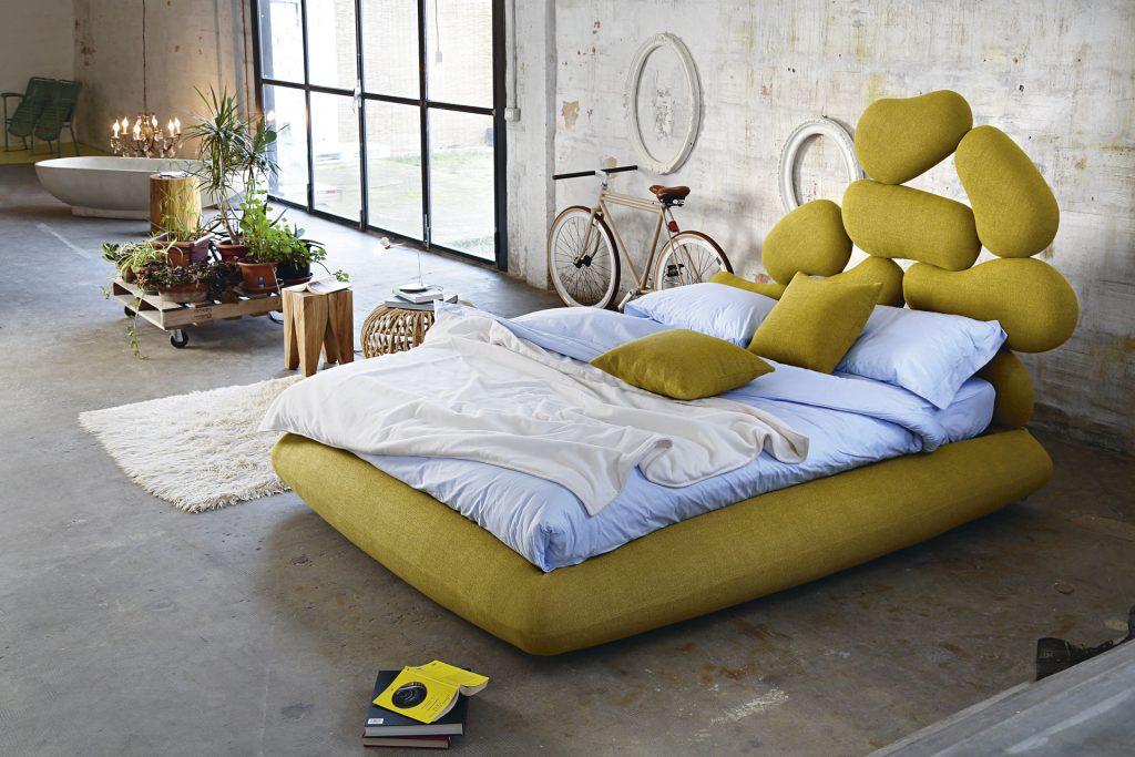 Modelul de pietre ale acestui pat tapitat ITALIA reprezinta un exemplu real al aranjamentului asimetric al elementelor de design